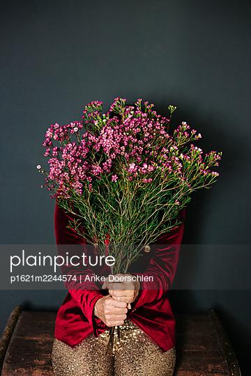 Frau mit goldener Paillettenhose und Blumen - p1621m2244574 von Anke Doerschlen