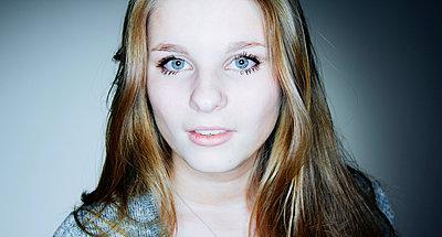 Teenage girl portrait - p1053m918396 by Joern Rynio