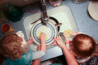 Cropped hands of grandmother with grandchildren washing plates in kitchen - p1166m1403813 by Cavan Images