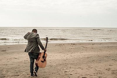 Gitarrist am Meer - p1611m2182608 von Bernd Lucka