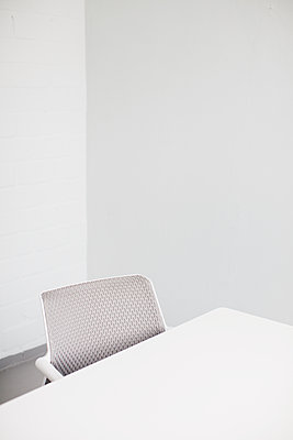Deserted conference room - p586m1068097 by Kniel Synnatzschke
