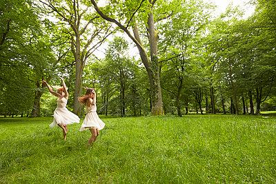 Ballett auf der Wiese - p888m956282 von Johannes Caspersen