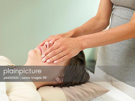 Frau bei der Reiki Behandlung  - p6430305f von senior images RF