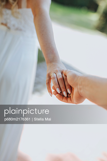 Hands of a wedding couple - p680m2176361 by Stella Mai