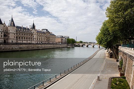 Empty Seine Banks - p940m2179779 by Bénédite Topuz