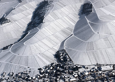 Aerial view of town by snow covered agricultural fields, Hohenheim, Stuttgart, Baden-Wuerttemberg - p301m1406274 by Stephan Zirwes