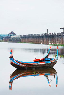 Colourful boat and U Bein Bridge on Taungthaman Lake, Amarapura, Mandalay, Myanmar (Burma), Asia - p871m947377 by Christian Kober