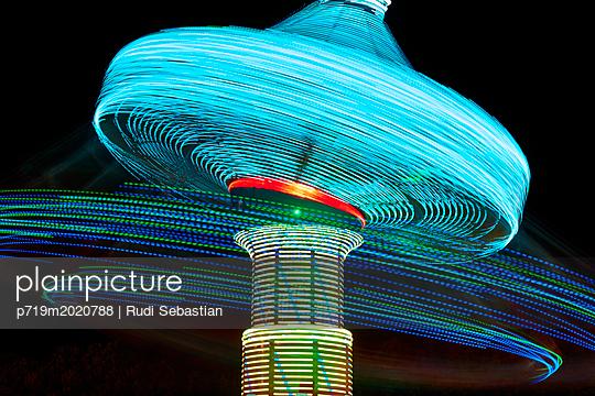 Kettenkarussell als Langzeitbelichtung nachts - p719m2020788 von Rudi Sebastian