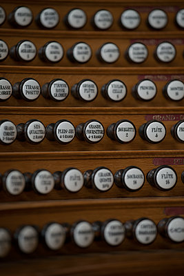 Pipe organ stop knobs, Paris, France - p1028m1589587 von Jean Marmeisse