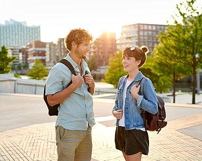 Junges Paar in der Stadt - p1124m1150153 von Willing-Holtz