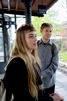 Junges Paar auf dem Bahnsteig - hoch II - p1212m1138812 von harry + lidy