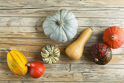 Different pumpkins on wood - p300m1580895 von Achim Sass
