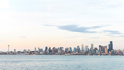 USA, Washington State, Seattle, Skyline in the evening - p300m1587096 by Michael Malorny