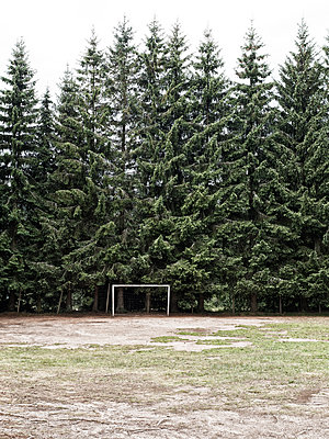 Heruntergekommener Fußballplatz - p318m1477373 von Christoph Eberle