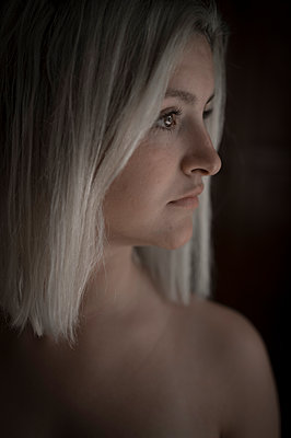 Young woman with platinum blonde hairstyle - p552m1564905 by Leander Hopf