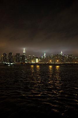 Manhattan bei Nacht - p948m1113138 von Sibylle Pietrek