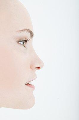 Portrait of woman in profile - p1093m2223234 by Sven Hagolani