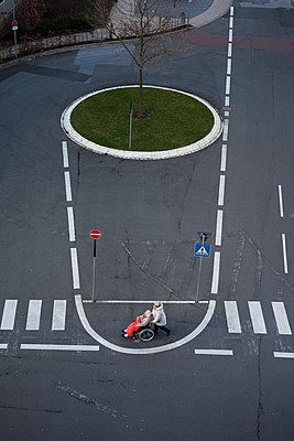 Rollstuhl und Straßenmarkierungen - p1611m2182319 von Bernd Lucka