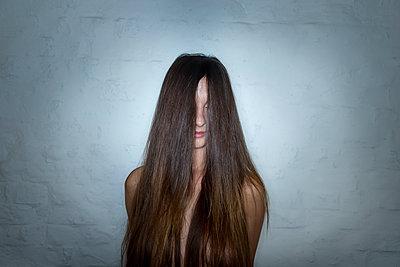 Junge Frau mit langen Haaren - p427m1195229 von R. Mohr