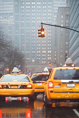 Yellow cabs at traffic lights; New York City; USA - p924m806920f by Ditto