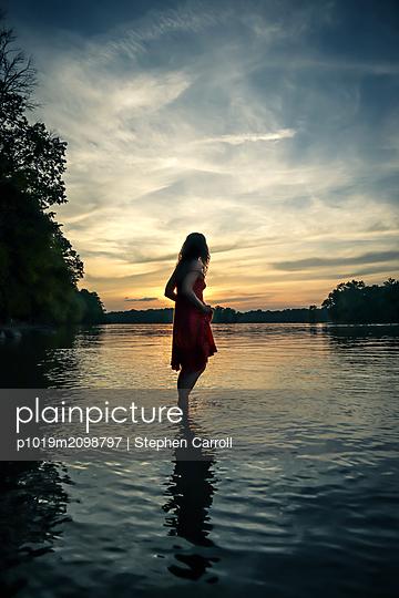 Sonnenuntergang, Frau steht im Wasser, Sonnenuntergang - p1019m2098797 von Stephen Carroll