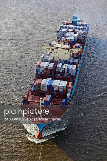 Containerschiff auf der Elbe bei  Anfahrt in den Hafen Hamburg  - p1099m1525137 von Sabine Vielmo