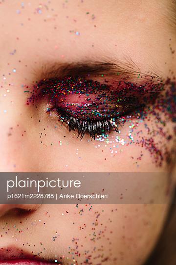 Glitter on the eyelid - p1621m2228788 by Anke Doerschlen