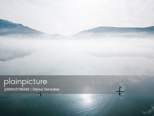 Aerial view of two people stand up paddle surfing, Leon, Spain - p300m2166342 by Daniel González