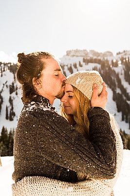 Paar in den Bergen - p1142m1035013 von Runar Lind