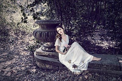 Dreamy young woman in white dress sits on the edge of the woods - p1445m2184801 by Eugenia Kyriakopoulou