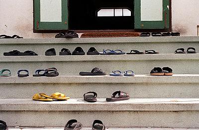 Schuhe auf Treppe - p2120013 von Edith M. Balk