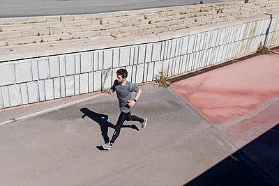 Sportive man runinng at a wall - p300m2005498 von Mauro Grigollo