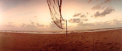 Volleyball net on beach - p3012236f by fStop