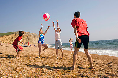 UK, England, Family on beach on Freshwater Beach Holiday park on Jurassic Coast; Dorset - p442m840030 by Dave Young