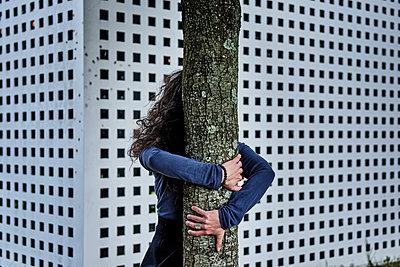 Frau umarmt einen Baum - p491m2260367 von Ernesto Timor