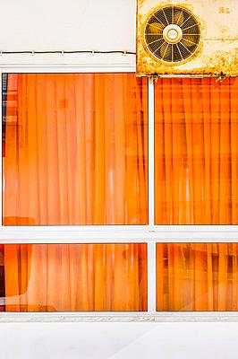 Fensterscheibe eines Cafe mit Ventilator - p979m910128 von Lobo