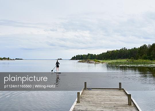 Stand up Paddle auf See - p1124m1165560 von Willing-Holtz