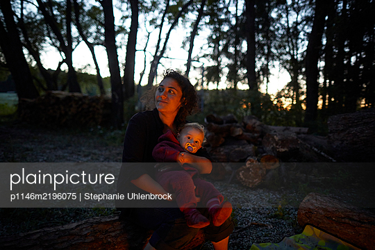 Mother and baby son on the camping site in the evening - p1146m2196075 by Stephanie Uhlenbrock