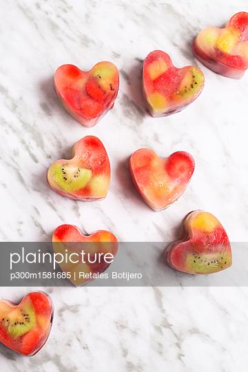 Homemade heart-shaped ice cubes on marble - p300m1581685 von Retales Botijero