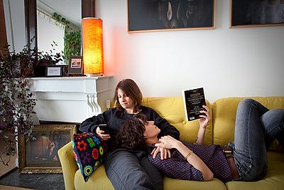 Lesbian couple at home - p1513m2043797 by ESTELLE FENECH