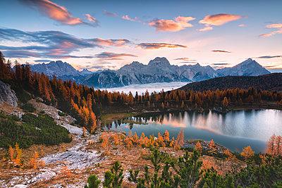 Autumn sunrise at Lake Federa, Cortina d'Ampezzo, Veneto, Italy. - p651m2085131 by Michele Rossetti