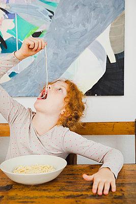 Nudeln essen - p904m1481073 von Stefanie Päffgen