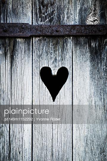 Ausgesägtes Herz in Holztür - p1149m1152292 von Yvonne Röder