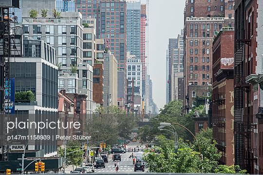 Hauptstraße in New York City - p147m1158939 von Peter Stüber