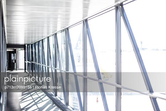 Übergang am Flughafen - p713m2099155 von Florian Kresse