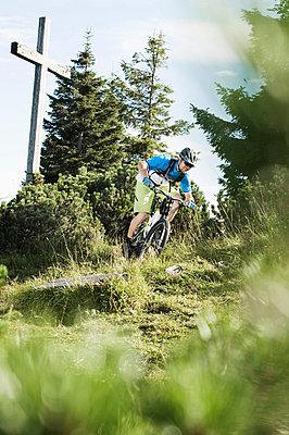 Mountain biker riding downhill - p1026m786141f by Robert Niedring