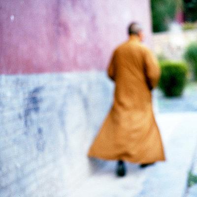 Mönch geht - p1205m1034064 von Philipp Horak