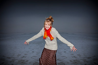 Woman on beach in the winter - p1207m1109471 by Michael Heissner