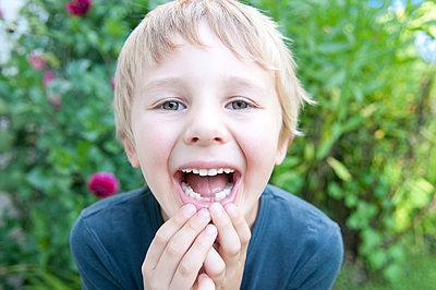 Junge mit erster Zahnlücke - p1311m2013912 von Stefanie Lange