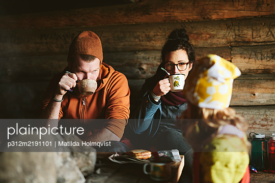 Couple resting with hot drinks - p312m2191101 by Matilda Holmqvist